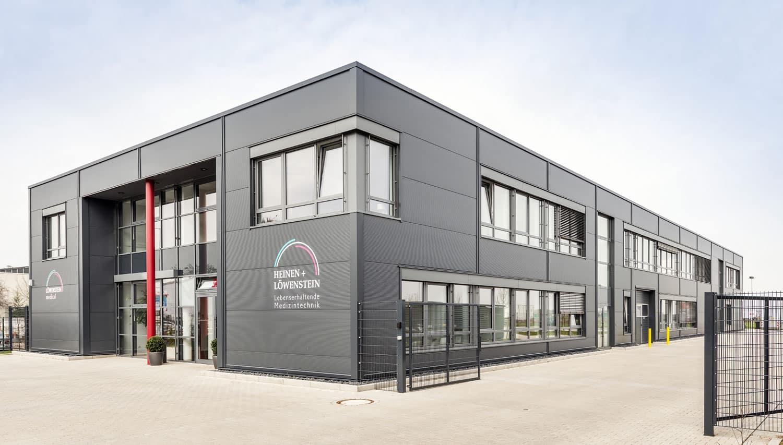 Architektur und Schlüsselfertigbau von Gewerbeimmobilie für Büro, Lager und Werkstatt, von HOFF und Partner.