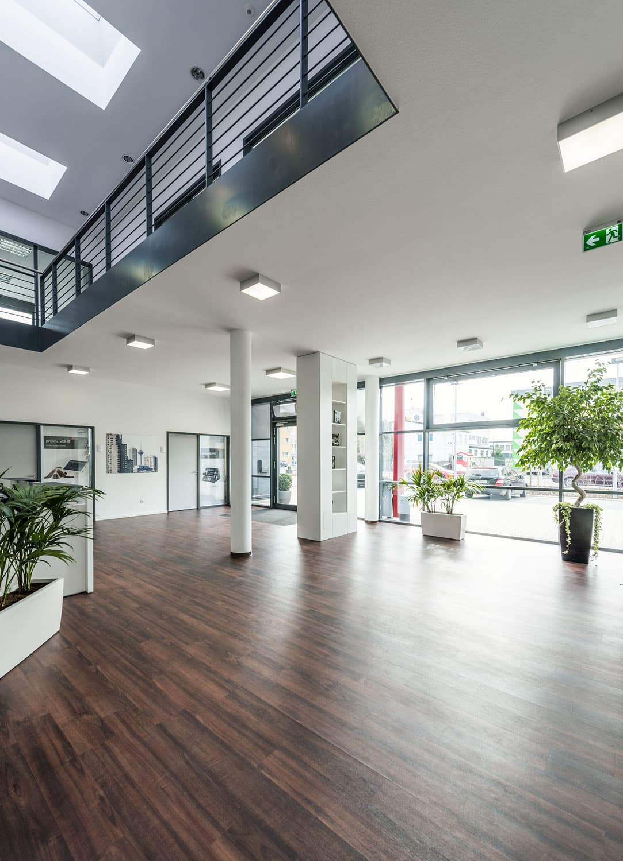 Foyer des Betriebsgebäudes für Verwaltung, Lager und Werkstatt, geplant von HOFF und Partner